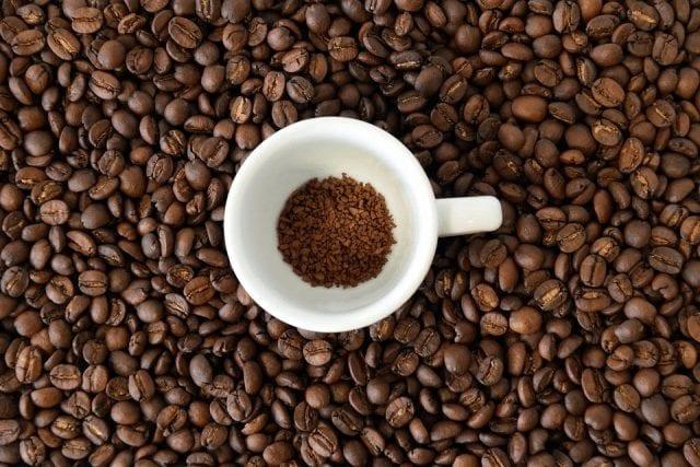 granos de café negro
