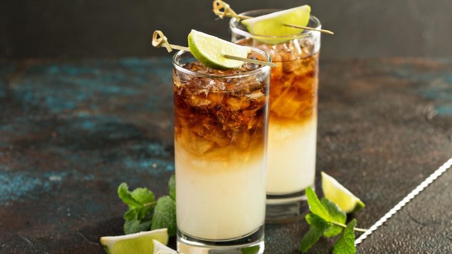 Bebidas darkn stormy con limón