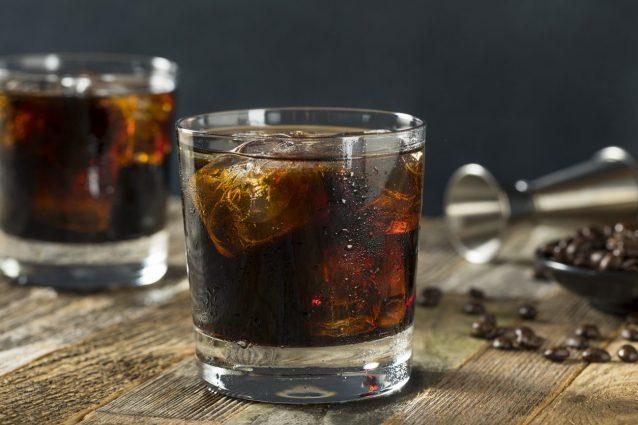 Vasos de bebidas ruso negro