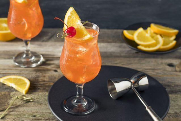 Bebidas de Singagur y rebanadas de naranja