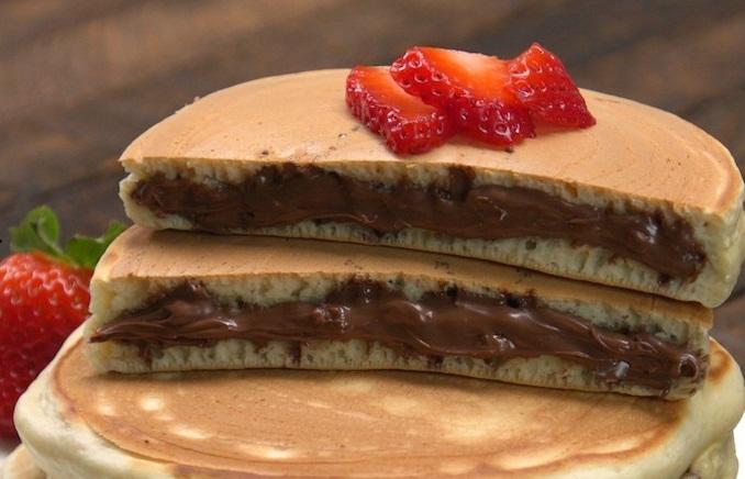 Hot cakes rellenos de Nutella con fresas