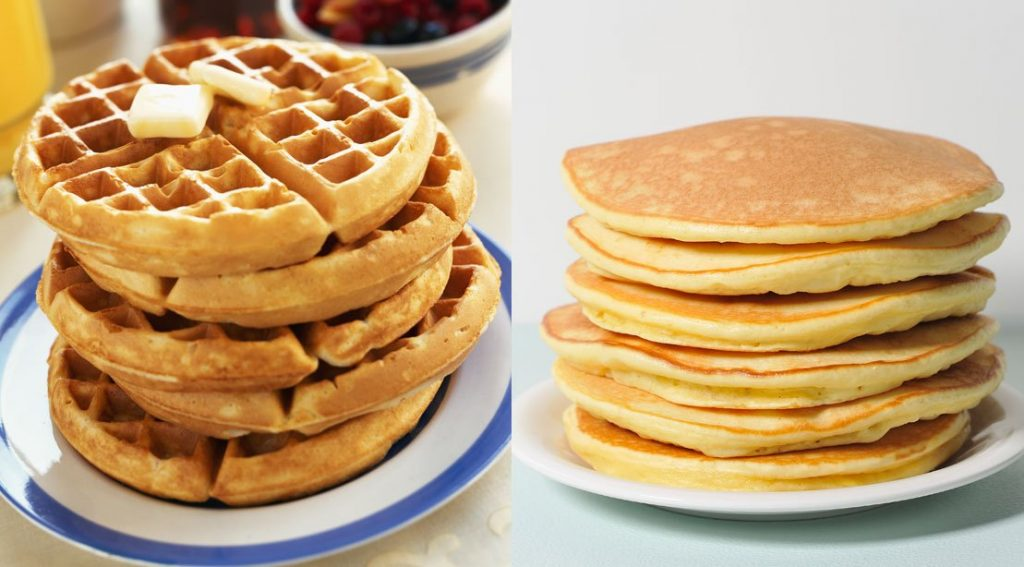 Platos con waffles y hot cakes
