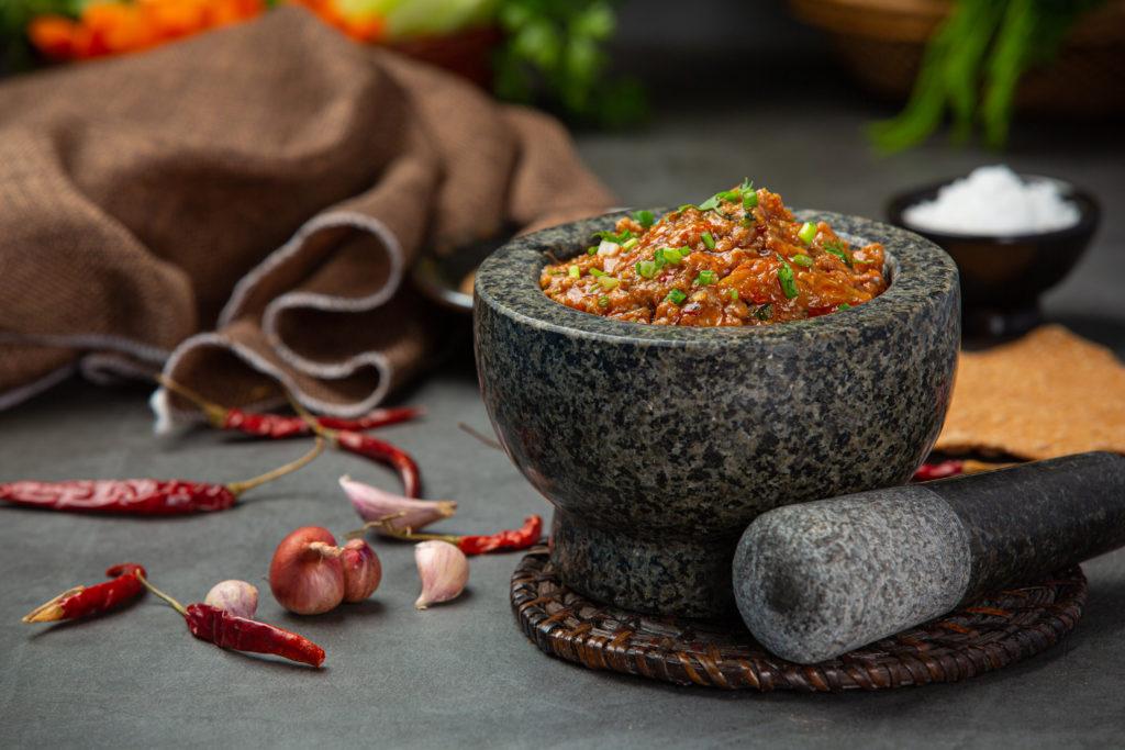 Molcajete con salsa con chile de árbol y ajo