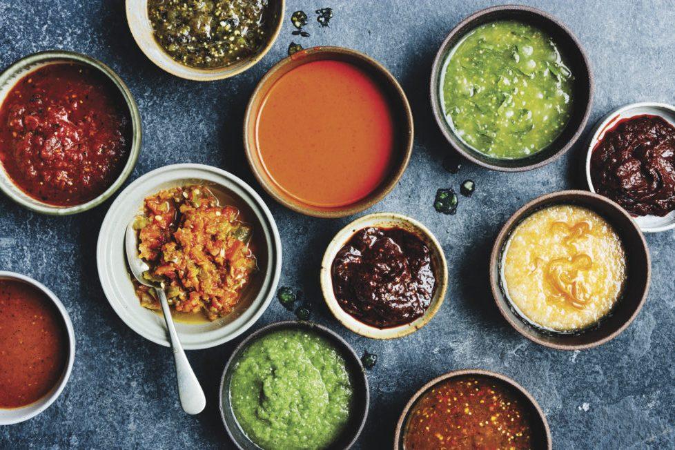 Diversos tazones con salsas mexicanas