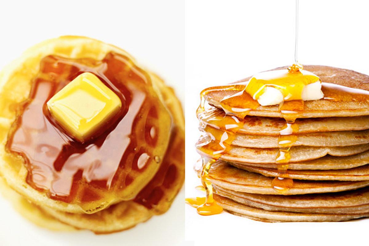 Waffles y hot cakes con mantequilla y miel